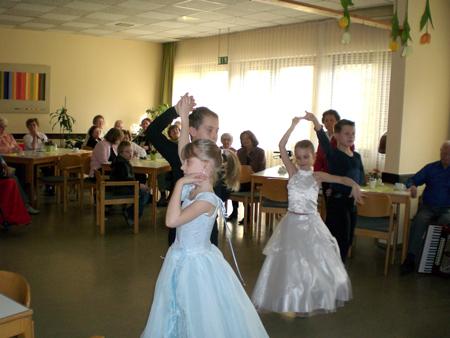 Tanzgruppe beim Frühlingsfest für Senioren