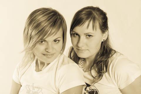 Polina und Julia in sepia